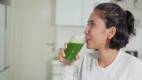 Suco de vegetais bebendo da jovem mulher filme