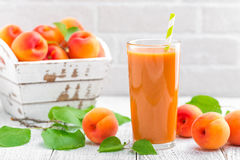 Suco do abricó e frutos frescos Fotografia de Stock Royalty Free