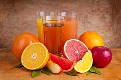 Suco e frutas frescos imagens de stock
