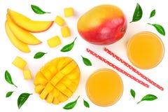 Suco e fruto da manga decorados com as folhas isoladas no close-up branco do fundo Vista superior Configuração lisa Fotos de Stock