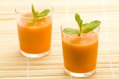 Suco e hortelã frescos de cenoura imagem de stock