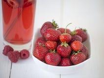 Suco e morango de fruto Fotografia de Stock Royalty Free