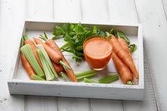 Suco fresco da cenoura e do aipo na bandeja de madeira Foto de Stock Royalty Free