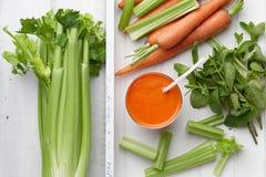 Suco fresco da cenoura e do aipo na bandeja de madeira Imagem de Stock