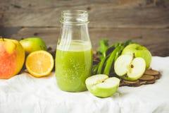 Suco fresco da desintoxicação da maçã verde e do aipo, matizando Imagens de Stock