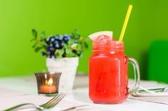 Suco fresco da melancia com palha no frasco, horizontal Fotografia de Stock Royalty Free