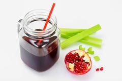 Suco fresco da romã e do aipo em um fundo claro Fotos de Stock
