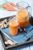 Suco fresco do gengibre da cenoura imagem de stock royalty free