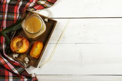Suco fresco do pêssego com pêssegos frescos em um fundo branco Vista superior, espaço da cópia Suco fresco com pêssego Pêssego fr Fotografia de Stock