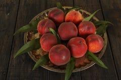 Suco fresco do pêssego com pêssegos frescos em um fundo escuro Vista superior, espaço da cópia Comer saudável Suco fresco com pês Foto de Stock