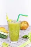 Suco fresco do pepino, da pera e do aipo Fatias de frutas e legumes Imagens de Stock
