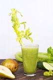 Suco fresco do pepino, da pera e do aipo Fatias de frutas e legumes Fotografia de Stock Royalty Free