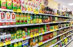 Suco fresco empacotado pronto para a venda no supermercado foto de stock