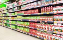 Suco fresco empacotado pronto para a venda no supermercado Lenta Fotografia de Stock Royalty Free
