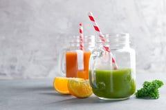 Suco fresco no frasco para a desintoxicação ou o estilo de vida saudável Foto de Stock