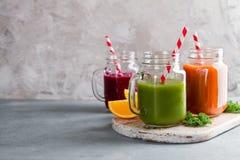 Suco fresco no frasco para a desintoxicação ou o estilo de vida saudável Fotos de Stock