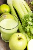 Suco fresco verde com maçã, aipo e coentro Fotografia de Stock Royalty Free