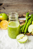 Suco orgânico fresco da desintoxicação da couve, do limão e do celer verdes da maçã Imagens de Stock