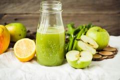 Suco orgânico fresco da desintoxicação da maçã e do aipo verdes Imagem de Stock Royalty Free