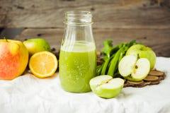 Suco orgânico fresco da desintoxicação da maçã e do aipo verdes Foto de Stock Royalty Free