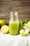 Suco orgânico fresco da desintoxicação da maçã e do aipo verdes Imagens de Stock