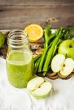 Suco orgânico fresco da desintoxicação da maçã e do aipo verdes Foto de Stock