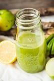 Suco orgânico fresco da desintoxicação da maçã e do aipo verdes Imagens de Stock Royalty Free