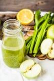 Suco orgânico fresco da desintoxicação da maçã e do aipo verdes Fotos de Stock Royalty Free