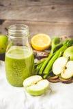 Suco orgânico fresco da desintoxicação da maçã verde e do aipo, matizando Imagem de Stock