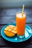 Suco tropical fresco da manga do batido de fruta e manga fresca Foto de Stock