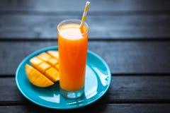 Suco tropical fresco da manga do batido de fruta e manga fresca Fotos de Stock Royalty Free