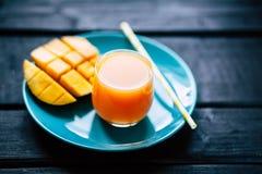 Suco tropical fresco da manga do batido de fruta e manga fresca Foto de Stock Royalty Free