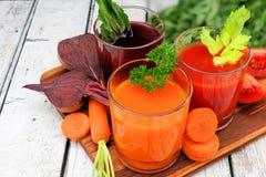 Suco vegetal saudável com ingredientes em um servidor Imagens de Stock Royalty Free