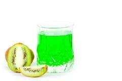 Suco verde em um vidro e em um quivi Fotos de Stock