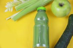 Suco verde fresco com maçã, pepino, aipo e cal no fundo branco Imagem de Stock