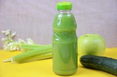 Suco verde fresco com maçã, pepino, aipo e cal no fundo branco Foto de Stock