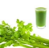 Suco verde fresco puro do aipo no vidro isolado Imagens de Stock Royalty Free