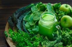 Suco verde orgânico com maçãs verdes Fotografia de Stock Royalty Free