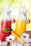Suco vermelho e amarelo fresco no verão Foto de Stock Royalty Free