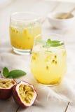 Sucos de fruta de paixão com hortelã fotos de stock