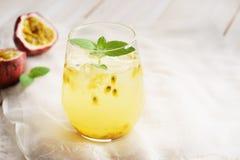 Sucos de fruta de paixão com hortelã imagens de stock royalty free