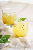 Sucos de fruta de paixão com hortelã imagem de stock