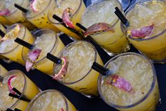 Sucos de fruta do cocktail do granadilho imagem de stock