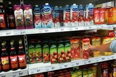 Sucos de fruto em uma loja Imagens de Stock Royalty Free