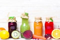 Sucos frescos coloridos com os frutos isolados Foto de Stock Royalty Free