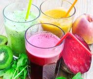 Sucos frescos da desintoxicação com a beterraba, os pêssegos, os espinafres e o Kiwi Fruit Imagens de Stock Royalty Free