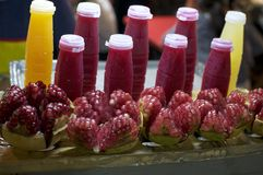 Sucos típicos da laranja e da romã de Banguecoque fotos de stock