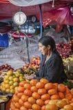 SUCRE BOLIWIA, SIERPIEŃ, - 07, 2017: Niezidentyfikowani bolivian sprzedawcy przy Owocowymi kramami przy Środkowym rynkiem w Sucre Obraz Stock