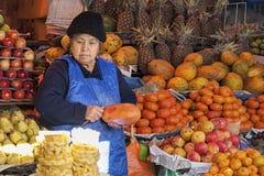 SUCRE BOLIWIA, SIERPIEŃ, - 07, 2017: Niezidentyfikowani bolivian sprzedawcy przy Owocowymi kramami przy Środkowym rynkiem w Sucre Fotografia Stock