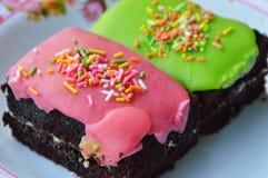 Sucre croustillant coloré supérieur de gâteau de chocolat de plat Photos libres de droits